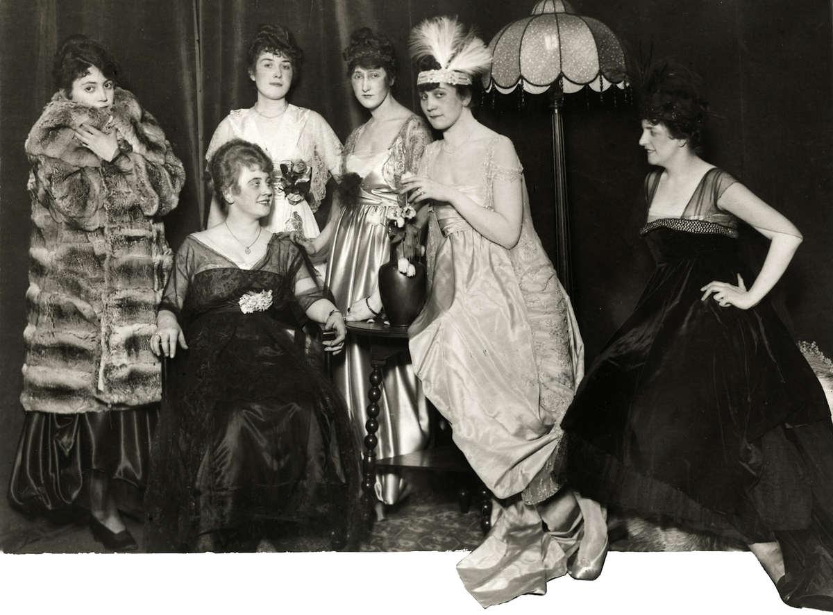 Mode Avondjurken.Mode Avondjurken Bontjassen Een Groepje Mannequins Uit Wenen