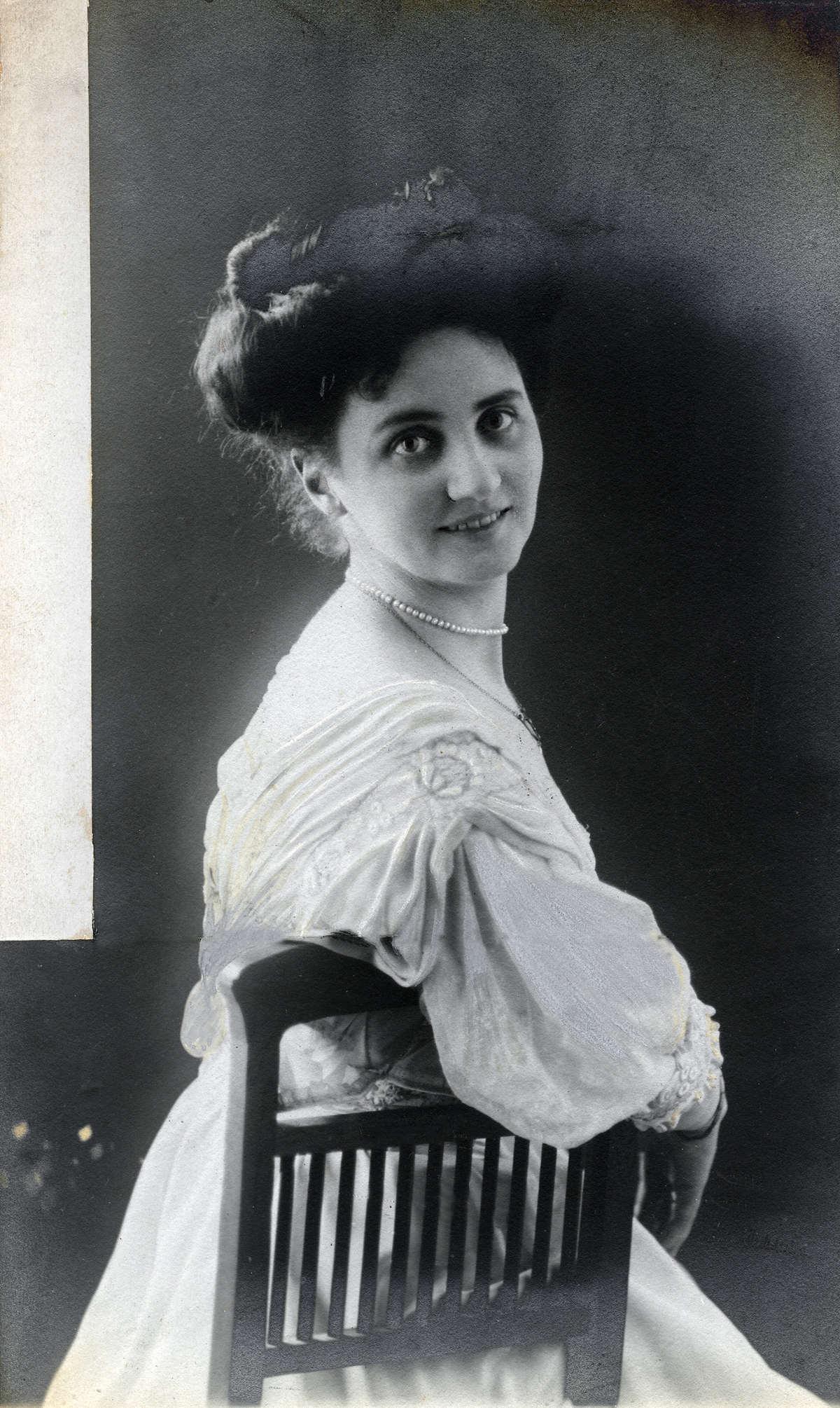 Vrouwenemancipatie mathilde maria antonia westmeijer 1874 1945 in haar boudoir een - Mathilde ontwerp ...
