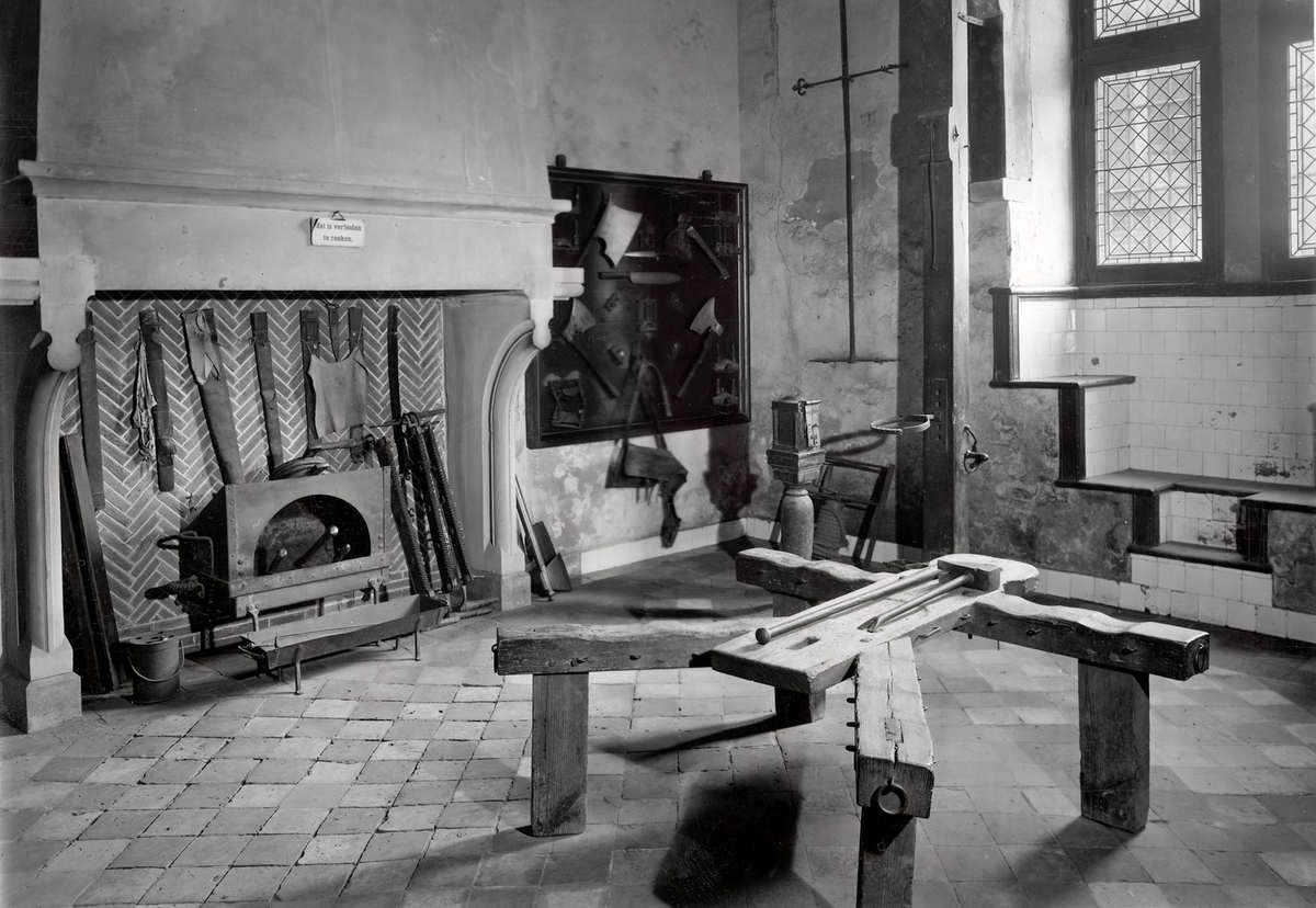 Steden kamer met martelwerktuigen in de gevangenpoort vensterbanken onder de ramen den haag - Kamer onder de helling ...