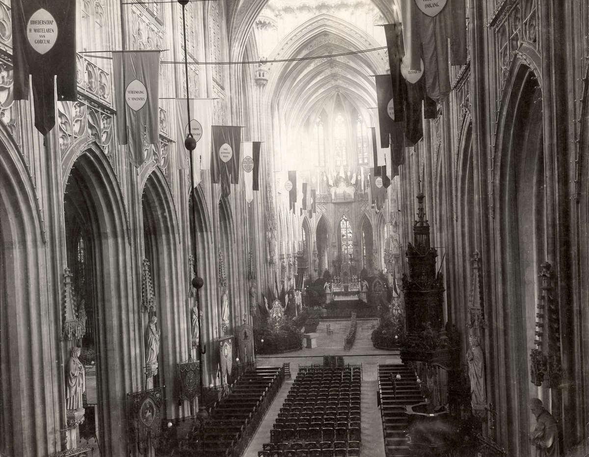 Steden. Overzicht van het interieur van de Sint Jan kathedraal in ...
