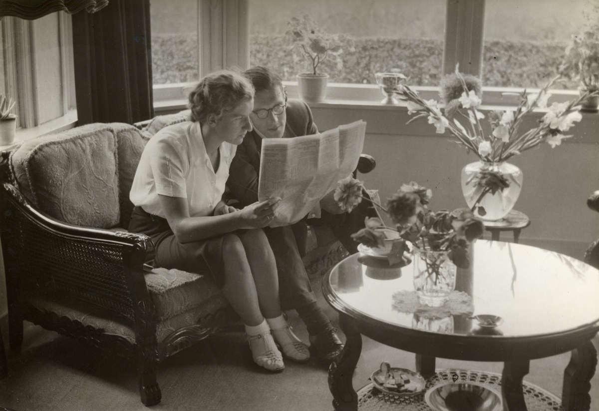 Thuis op de bank gezeten bekijken wielrenner arie van vliet en zijn vrouw wat er in de krant - Bank thuis van de wereld ...