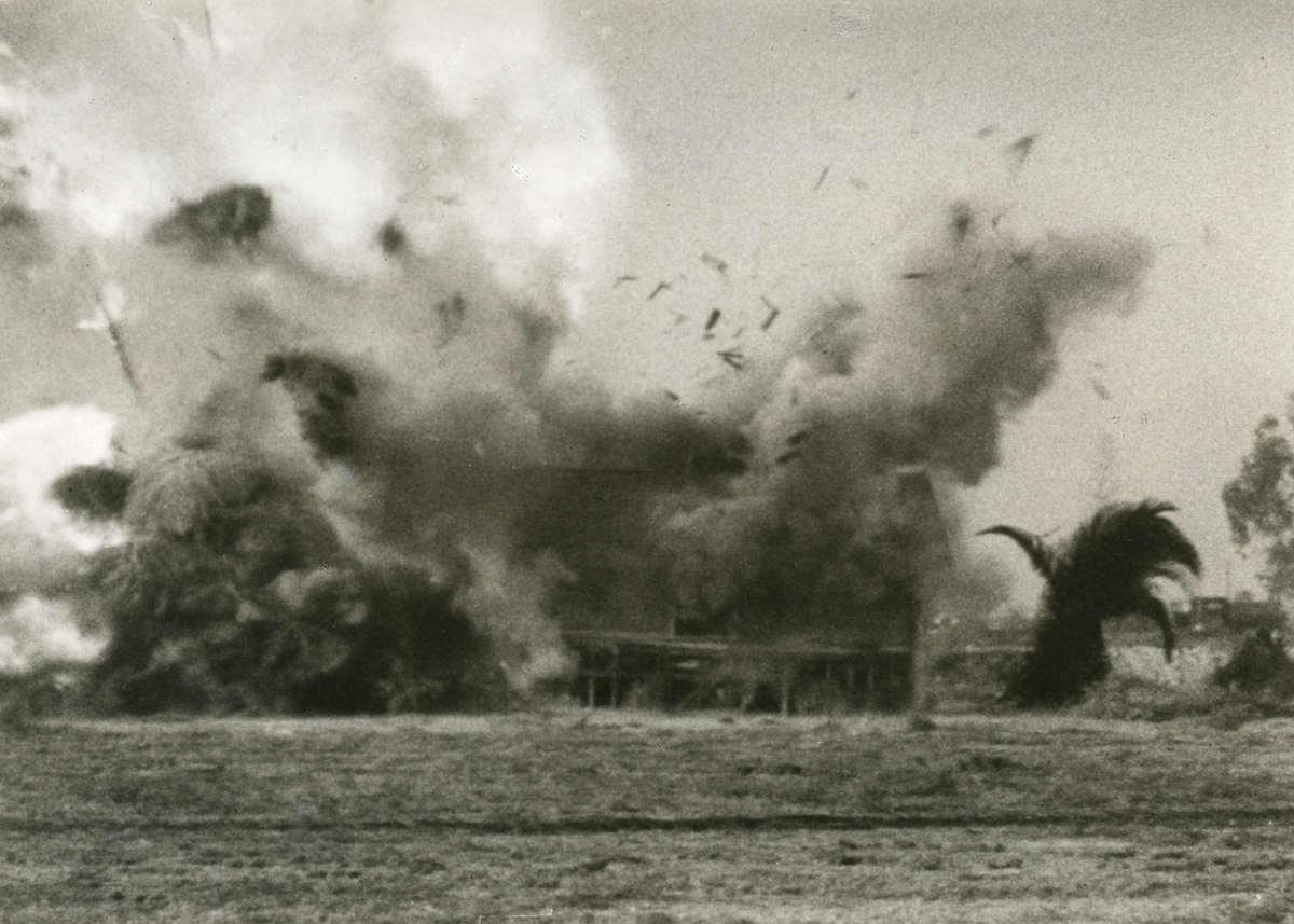 Duitse luchtmacht huis wordt getroffen door duitse bommen tijdens een proefbombardement 1933 - Klein kamermeisje ...