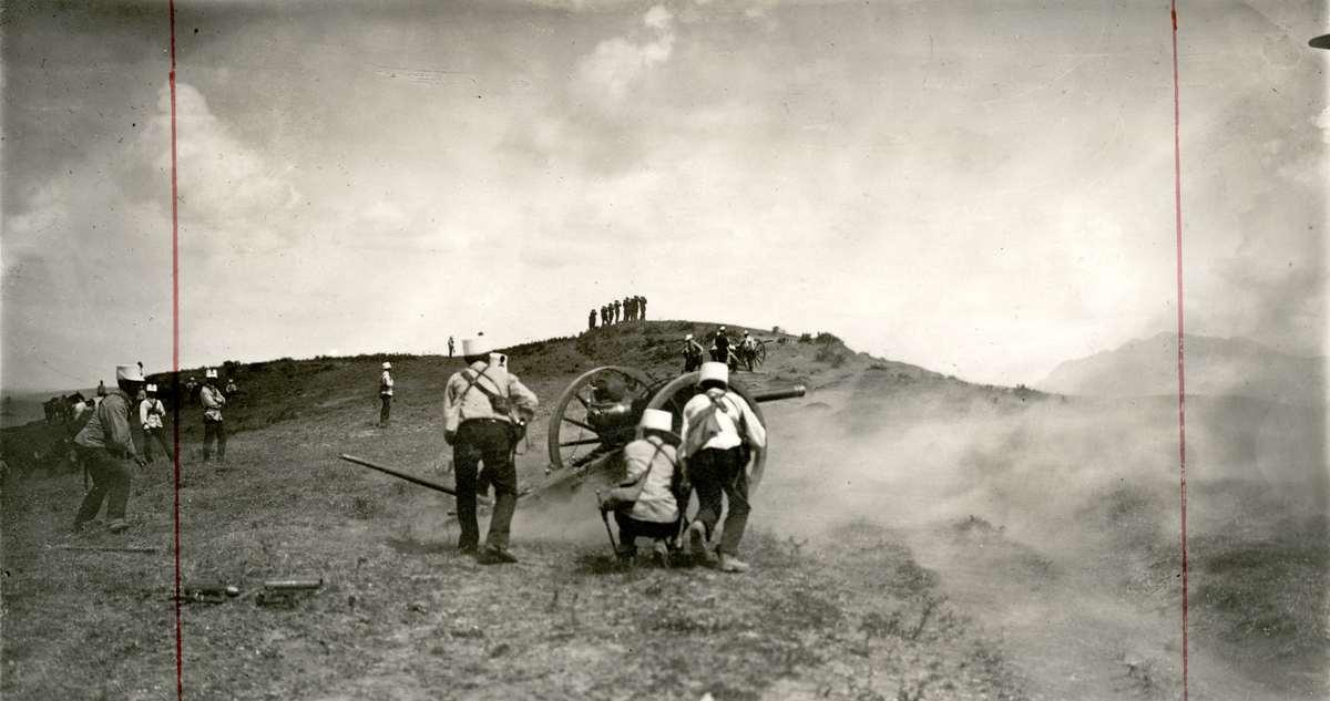 Eerste wereldoorlog italiaanse artillerie in aktie soldaten vuren in de bergen kanonnen af - Italiaanse douchegel ...