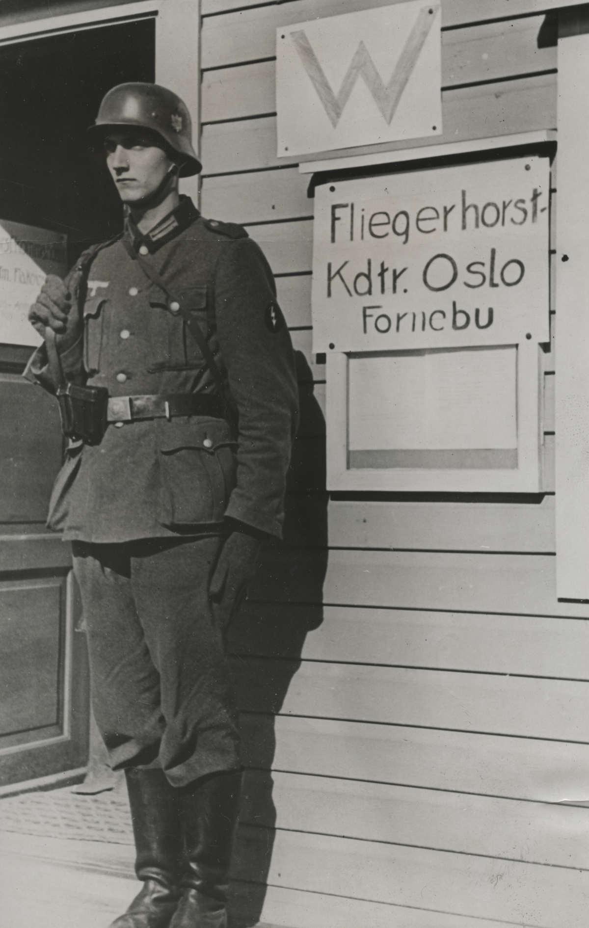 tweede wereldoorlog duitse soldaat staat in de houding