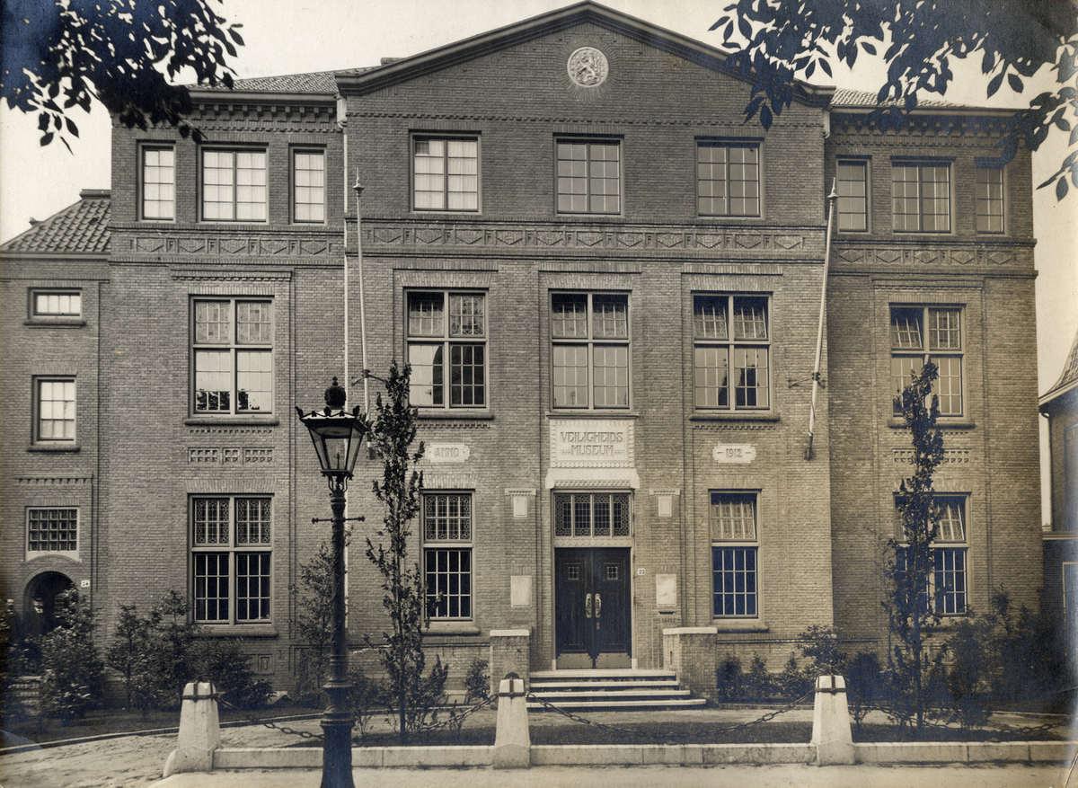 Gevel van het veiligheidsmuseum aan de hobbemastraat amsterdam 1912 geheugen van nederland - Klein kamermeisje ...