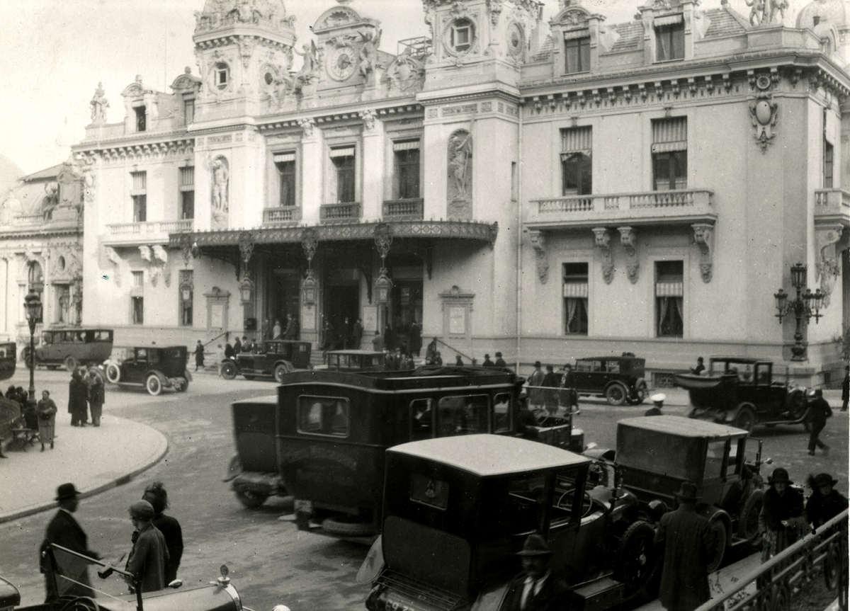 Casino speelbank exterieur gevel met taxi standplaats van het casino in monaco het gebouw is - Decoratie gevel exterieur huis ...