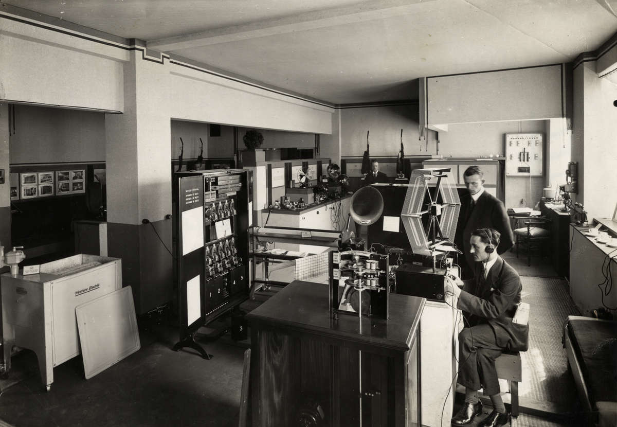 De bell telephone manufacturing company stand op de for Telephone interieur