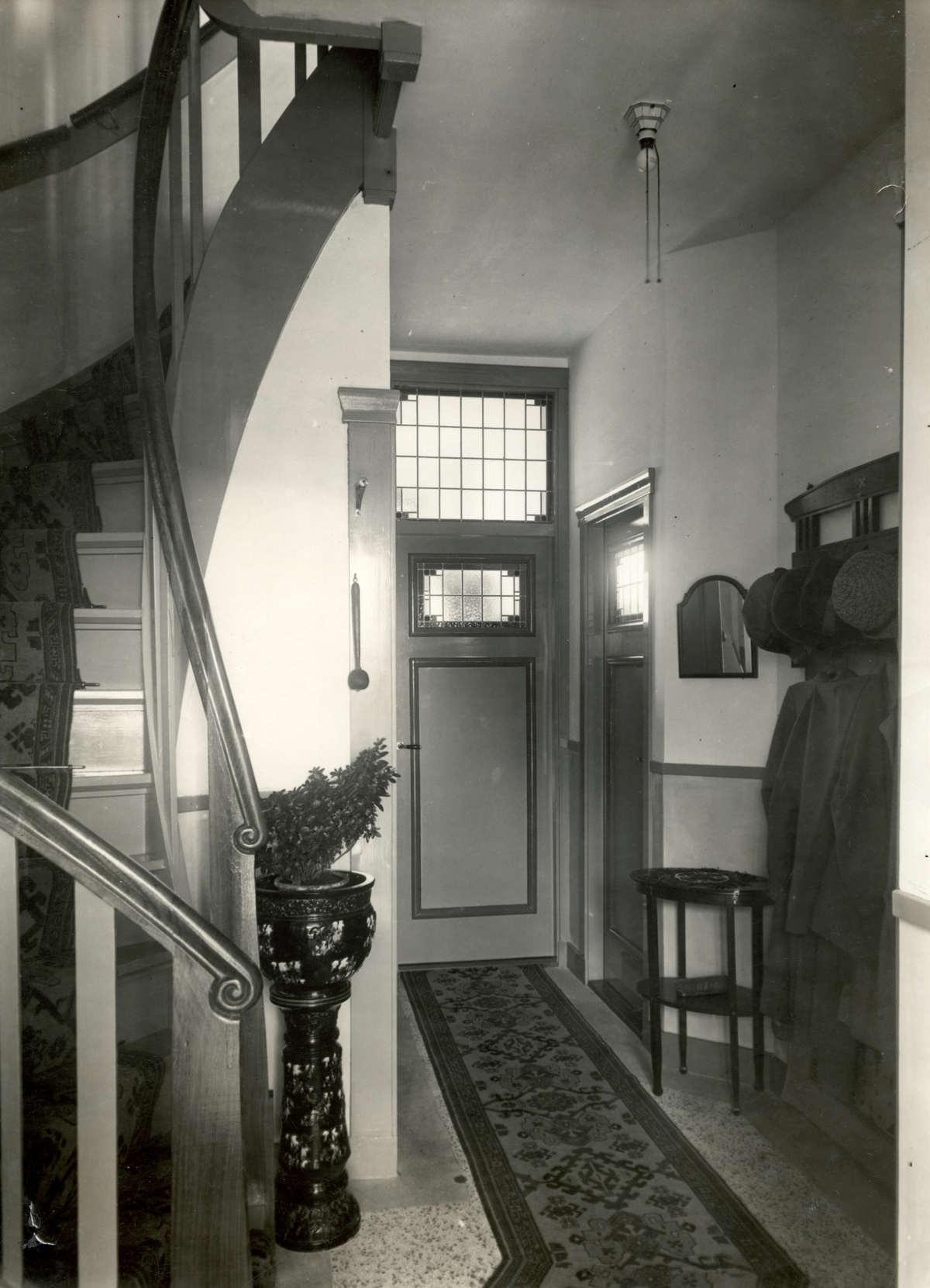 20e eeuwse bouwstijl interieur hal en trappenhuis van for Jaren 30 woning kenmerken interieur
