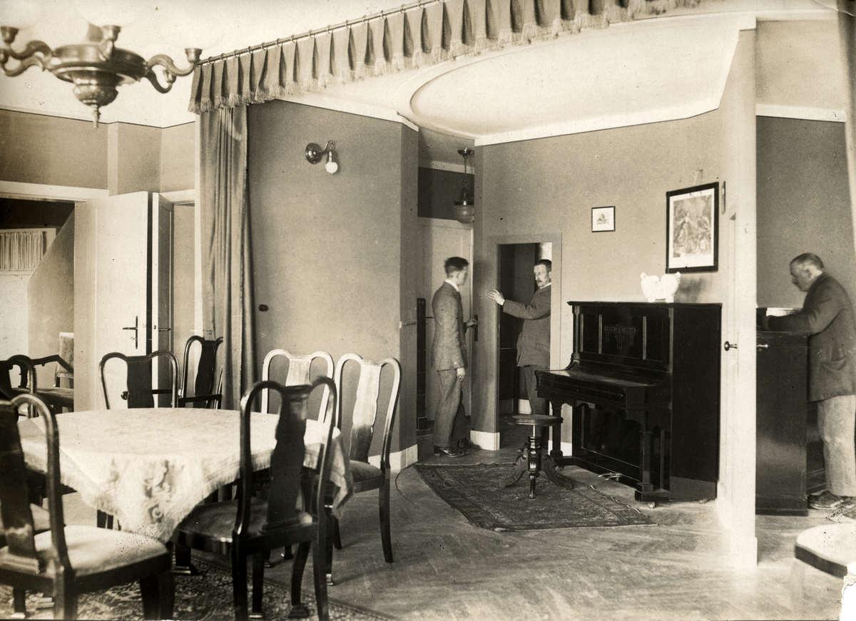 Experimentele woning met draaibare kamers. Op een draaibaar platform ...