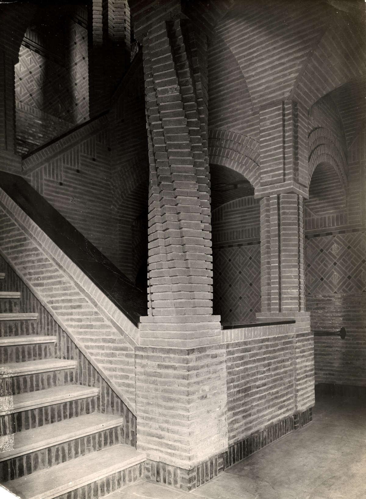 Arnhem nederland in het trappenhuis van de verzekerings mij arnhem is mooi metselwerk te - Vervoeren van een trappenhuis ...