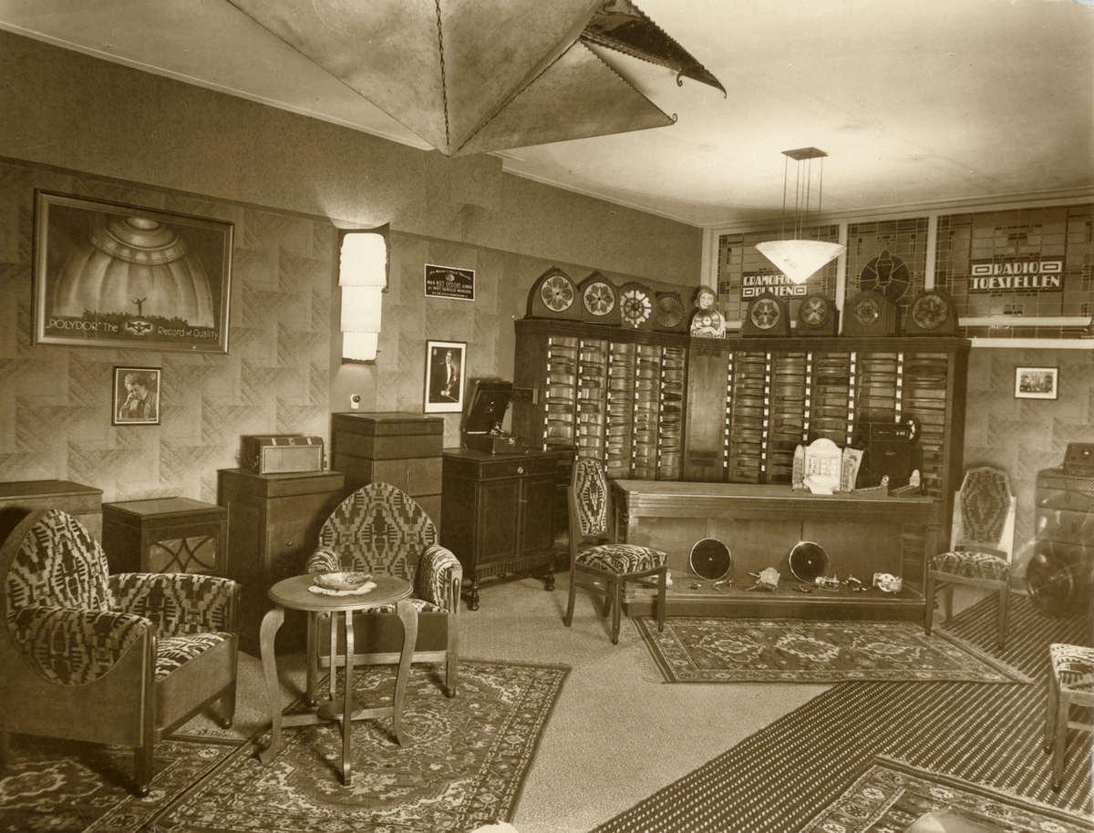 platenmaatschappijen platenhandel het interieur van een muziekhandel 1930 plaats onbekend