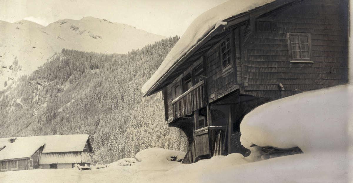 Sneeuw in de natuur sneeuwlandschap met ingesneeuwde berghut of chalet in engelberg - Berghut foto ...