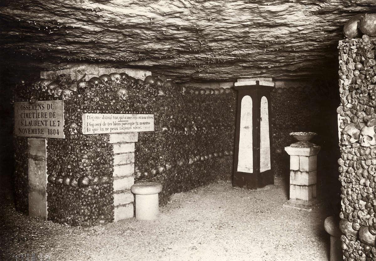 Catacomben parijs een gang van de catacomben waarvan de muren bedekt zijn met vele schedels - Saint maclou tapijt van gang ...