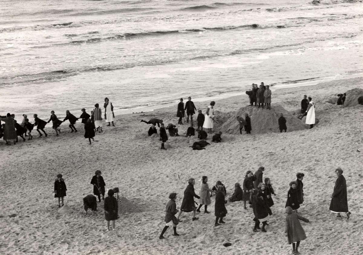 Kinderkolonie. In 1905 wordt in Egmond aan Zee door het Centraal Genootsdchap voor Kinderherstellings- en Vacantiekolonies het Kinderkoloniehuis Zwartedijk in Egmond aan Zee opgericht. Foto uit 1926 spelende kinderen op het strand in Egmond aan Zee.