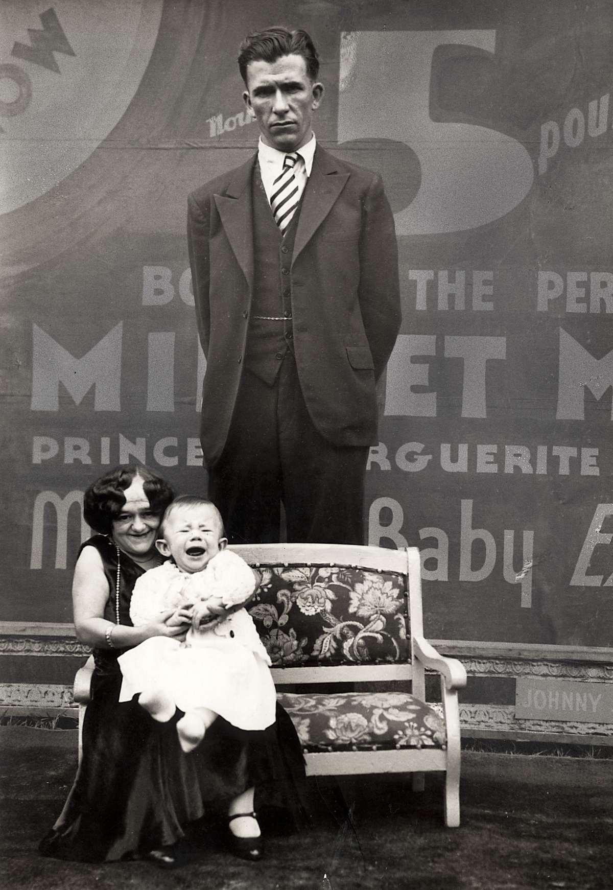 De extreem lange man bramwell trouwde met een lilliputvrouw en zij kregen een kind van normale - Planklengte van het kind ...