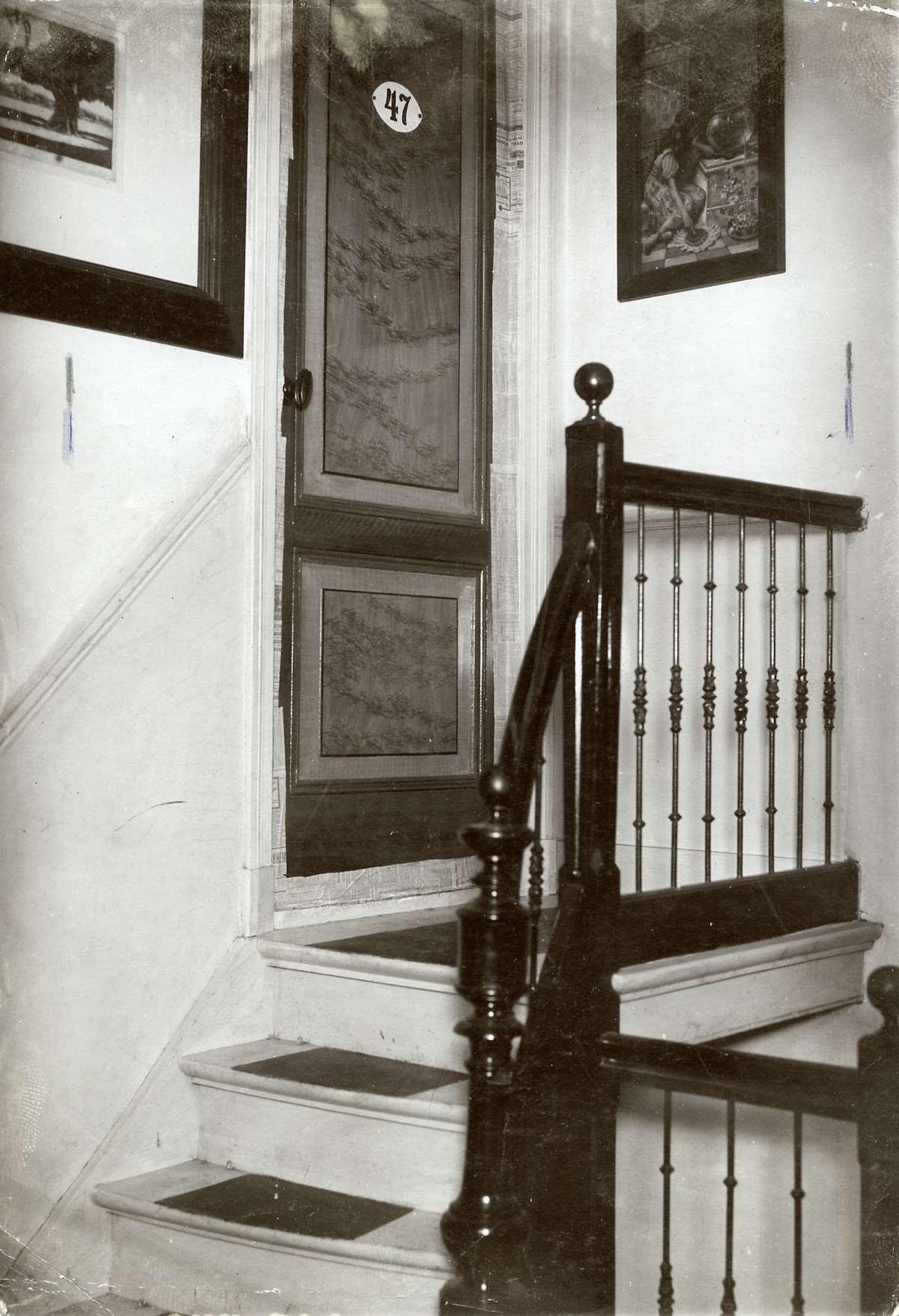 Kluizenaars de toegang via een trap naar een hotelkamer in amsterdam waar een kluizenaar - Upgrade naar een kamer ...