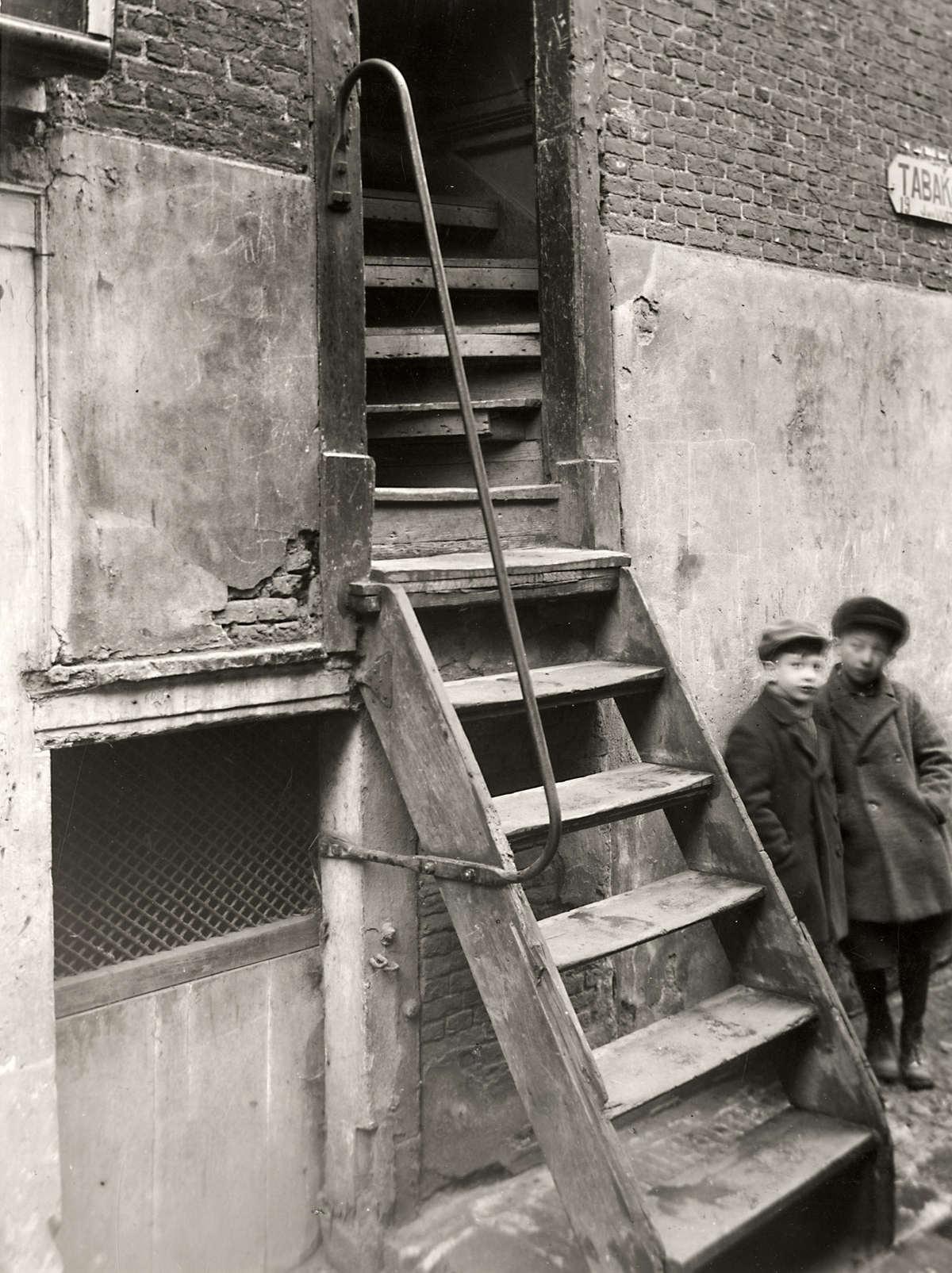 Krotten opgang trappenhuis van een krotwoning in de ridderstraat in amsterdam de twee jongens - Vervoeren van een trappenhuis ...