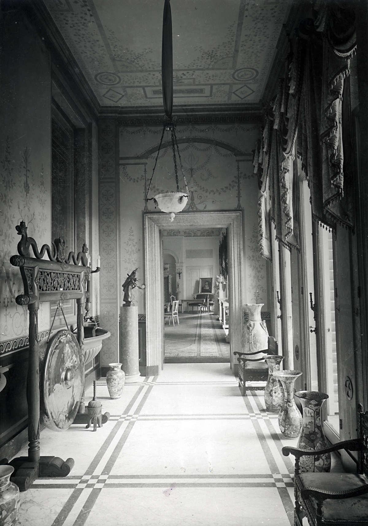 Paleizen lange gang corridor in paleis soestdijk waarin een aantal kunstobjecten zoals - Saint maclou tapijt van gang ...