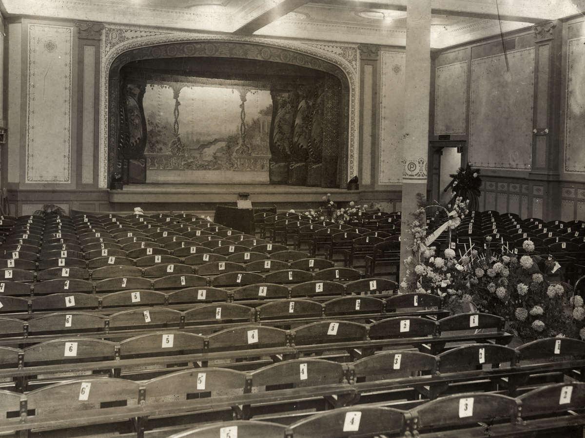 Bioscopen. Het interieur van de bioscoopzaal van de Olympia-Paleis ...