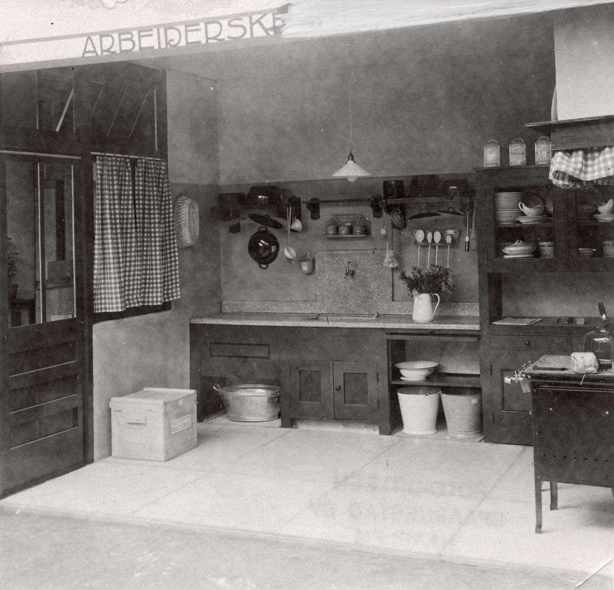 Huis inrichting inrichting van een eenvoudige keuken arbeiders keuken in een modelwoning in - Inrichting van een lounge in lengte ...
