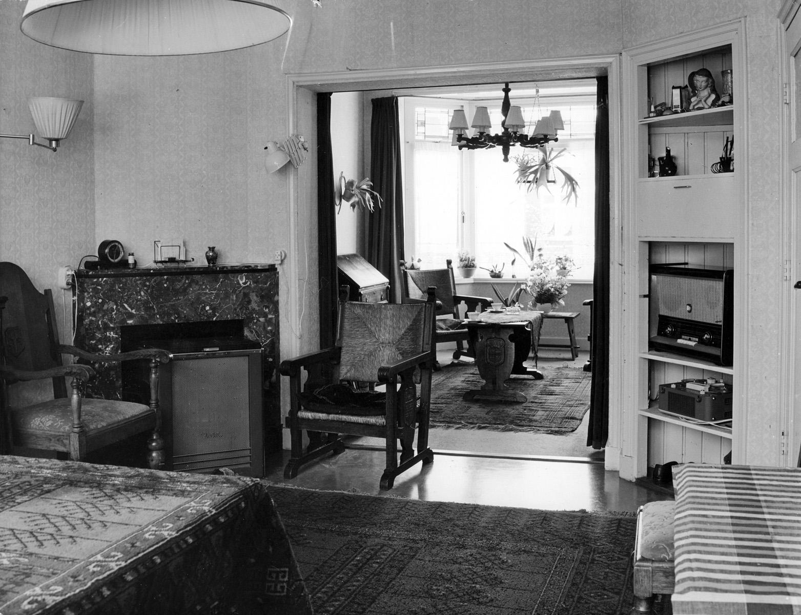 Woonkamer en suite met een gashaard in de marmeren schouw for Interieur 1900