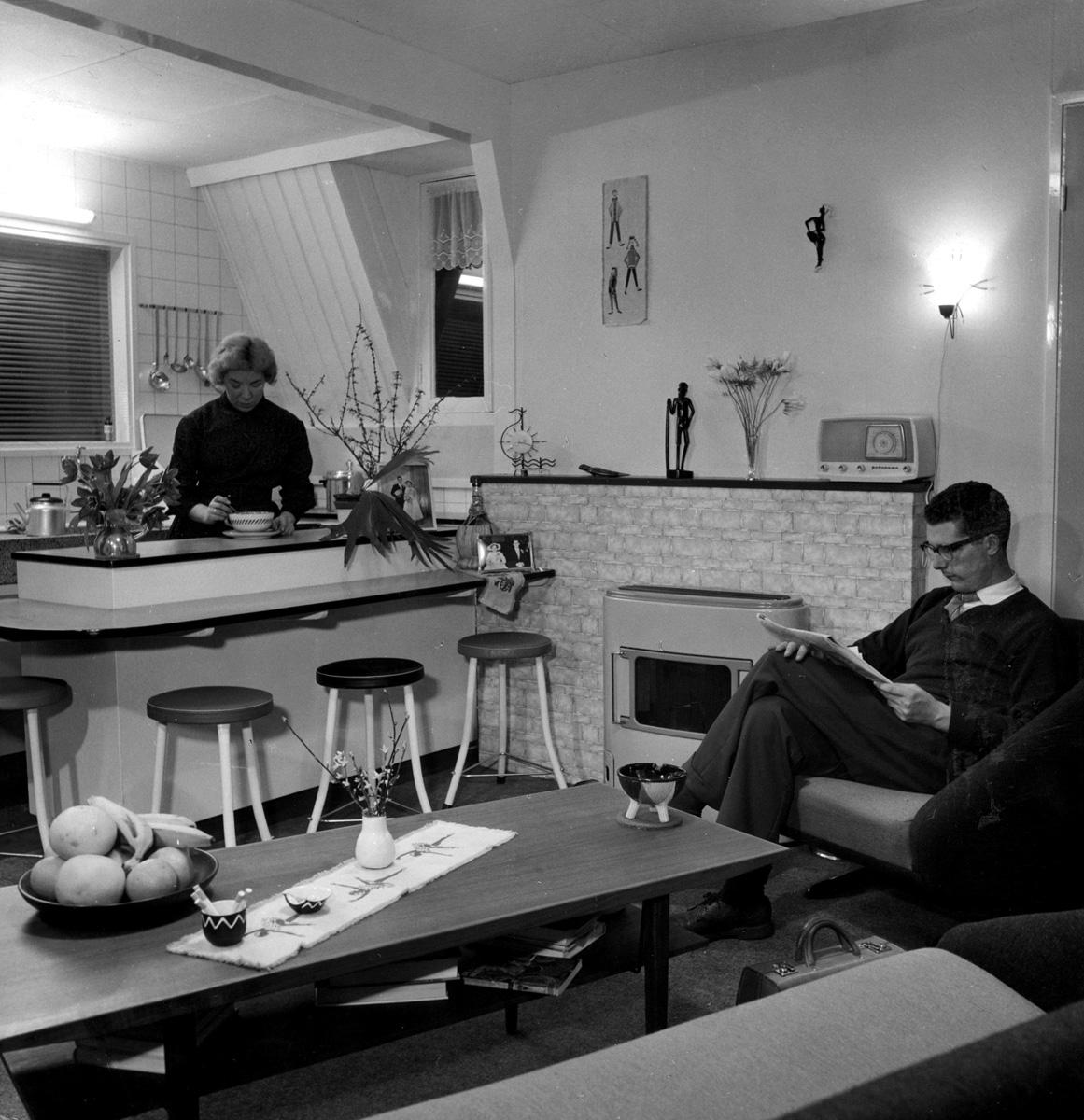 Woonkamer met open keuken en huisbar van de familie for Interieur 1960