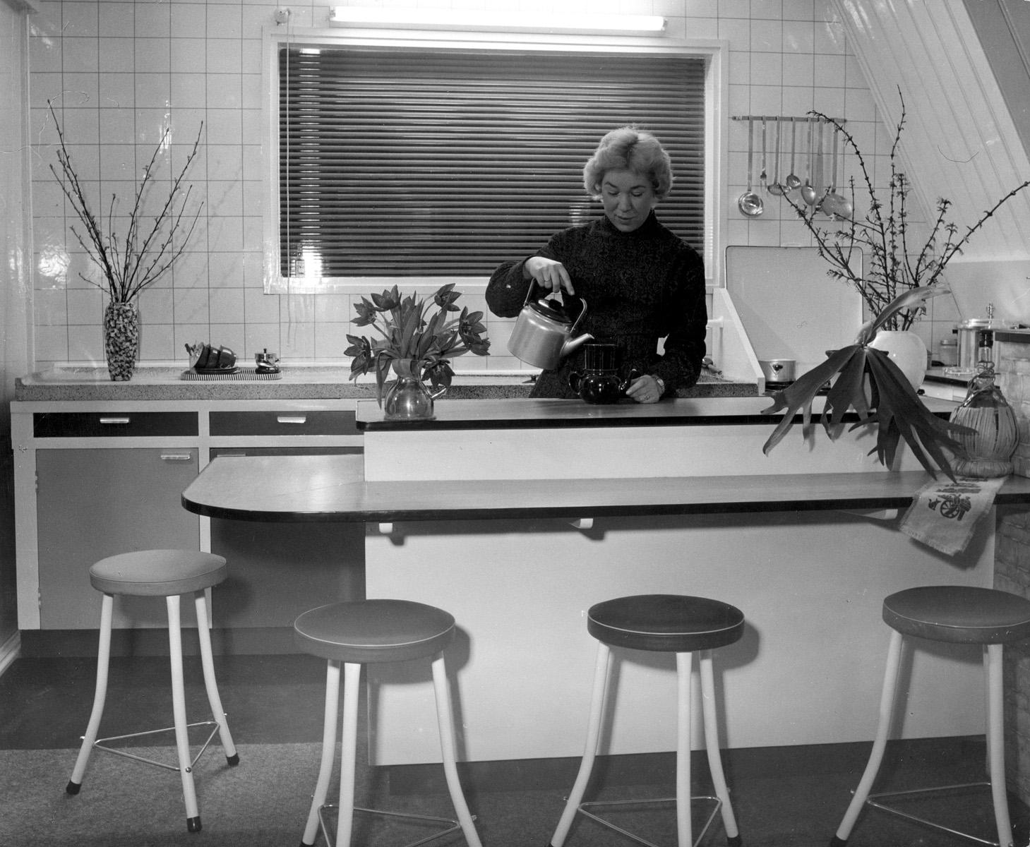 Keuken en huisbar van de familie geerlof in dordrecht mevrouw geerlof zet een kopje koffie de - Hoe dicht een open keuken ...