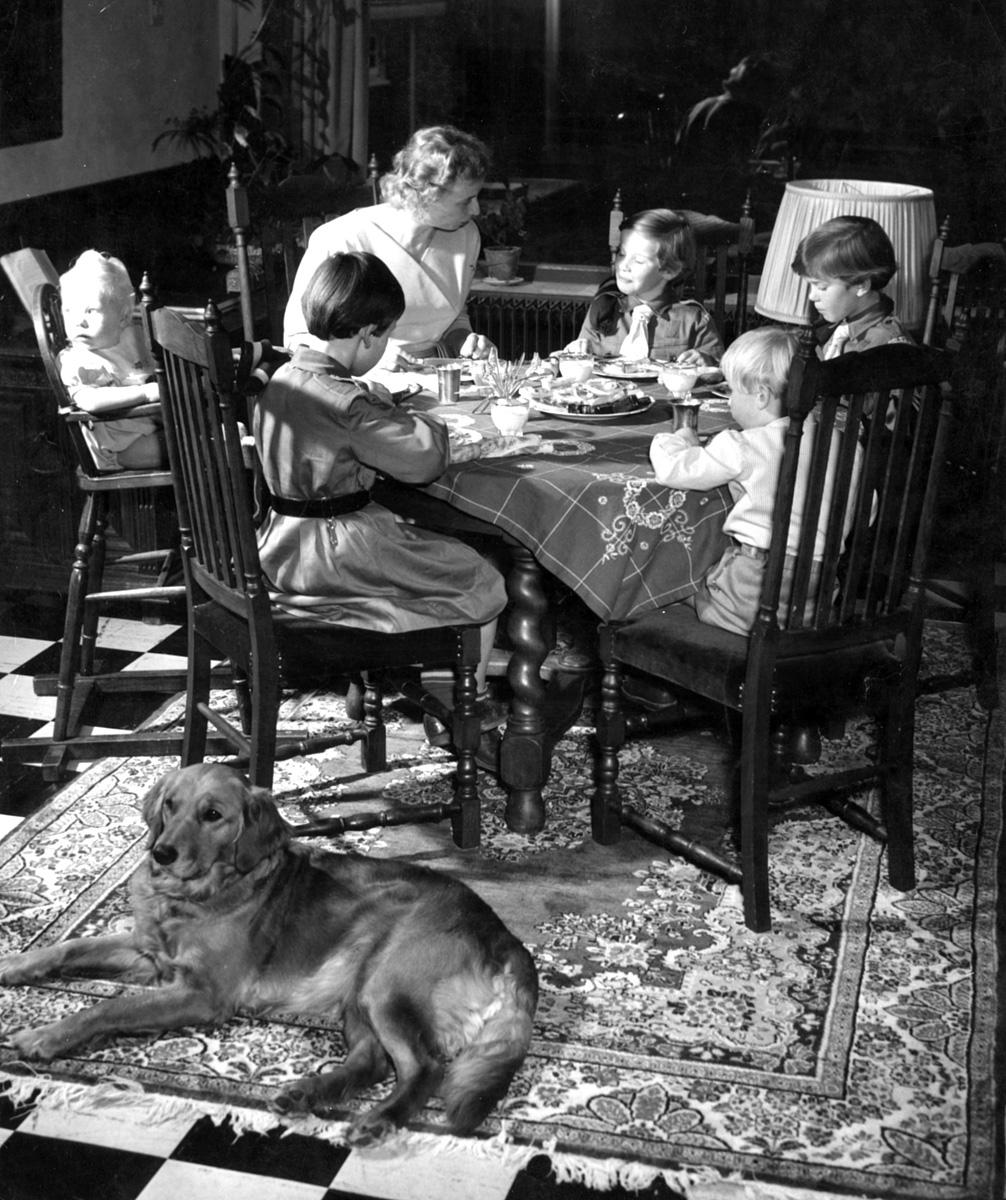 Gezin aan tafel aan het eten in de eetkamer, Naarden 6 februari 1957 ...