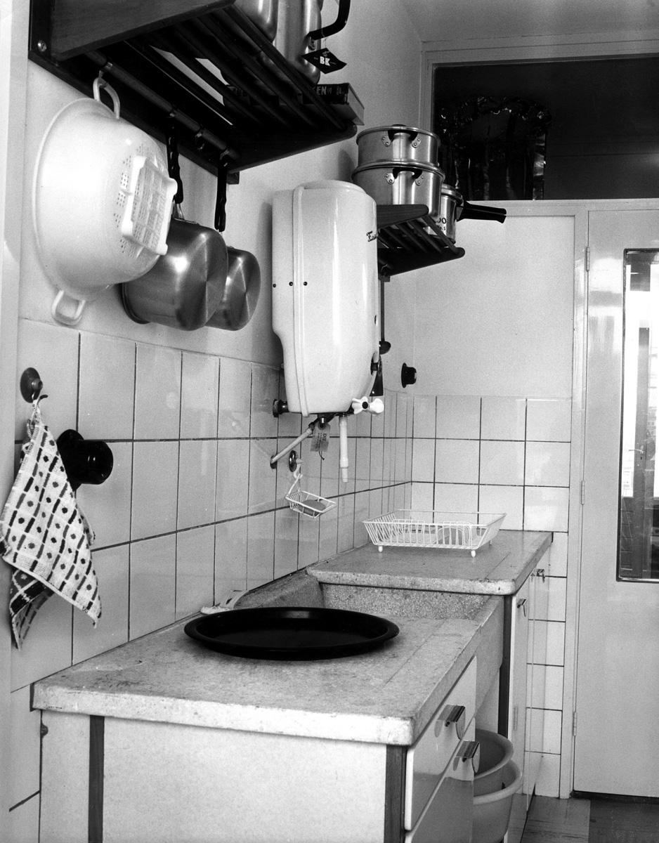 Keuken voorbeeld van een typische hollandse flat keuken uit de jaren zestig keukenkastjes met - Voorbeeld keuken in l ...
