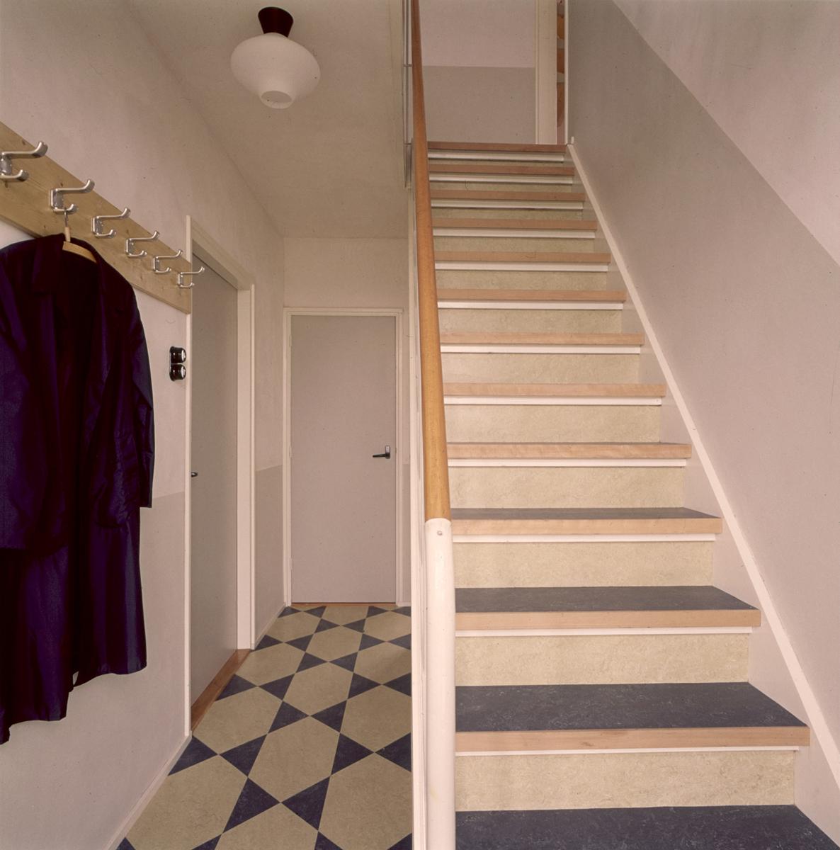 Vloerbedekking in een gang met een vaste trap de traptreden zijn bekleed met marmoleum in de for Schilderen voor gang d
