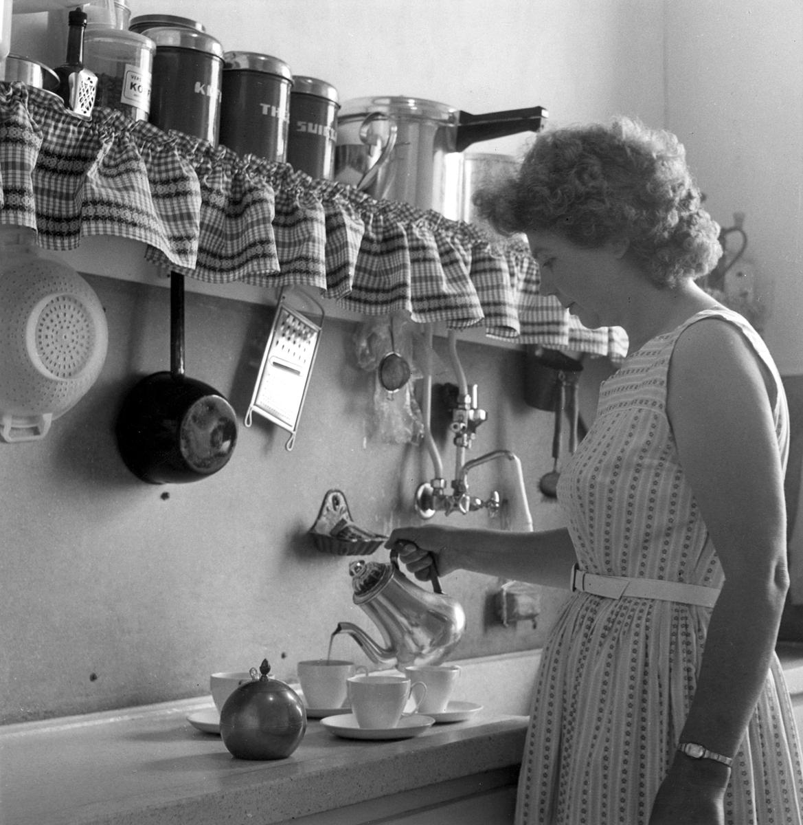 Koffie inschenken in de keuken flevoland 24 juni 1959 in de keuken zijn onder andere een rasp - Tape geleid keuken ...