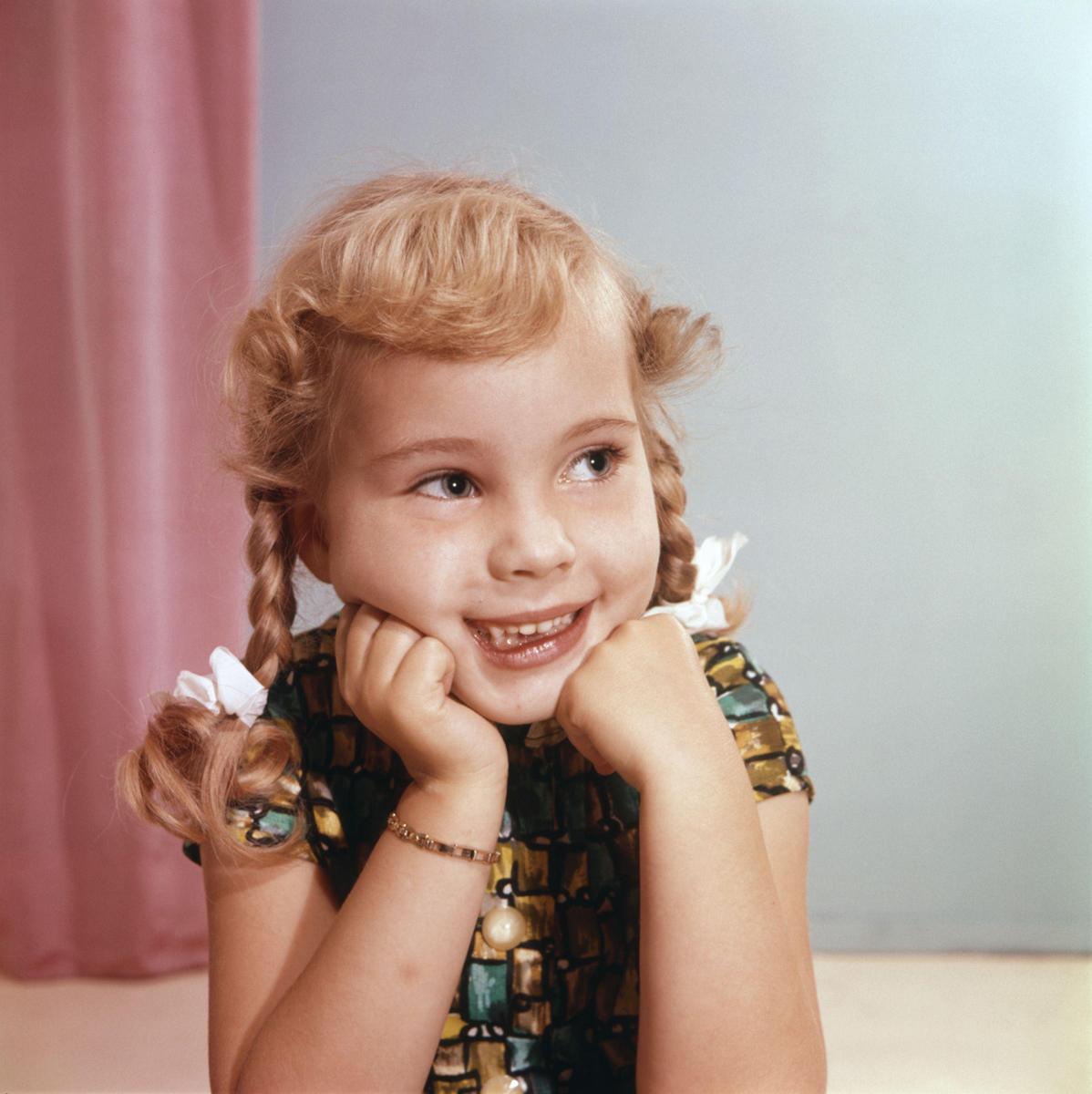 Haarmode meisjes kapsels atelierfotografie portret van meisje met schouderlang blond haar met - Kantoor voor een klein meisje ...