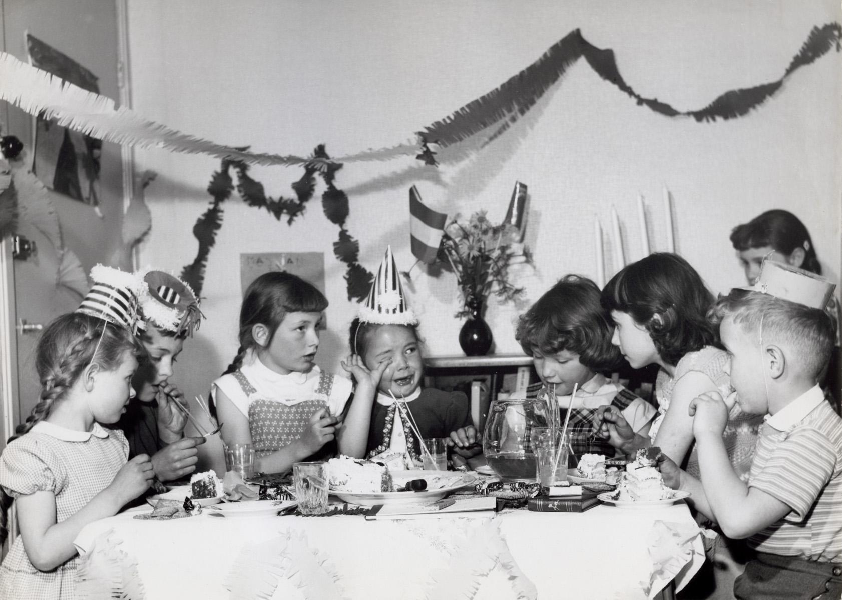 Op Een Verjaardagspartijtje Met Zijn Allen Taart Eten En Limonade