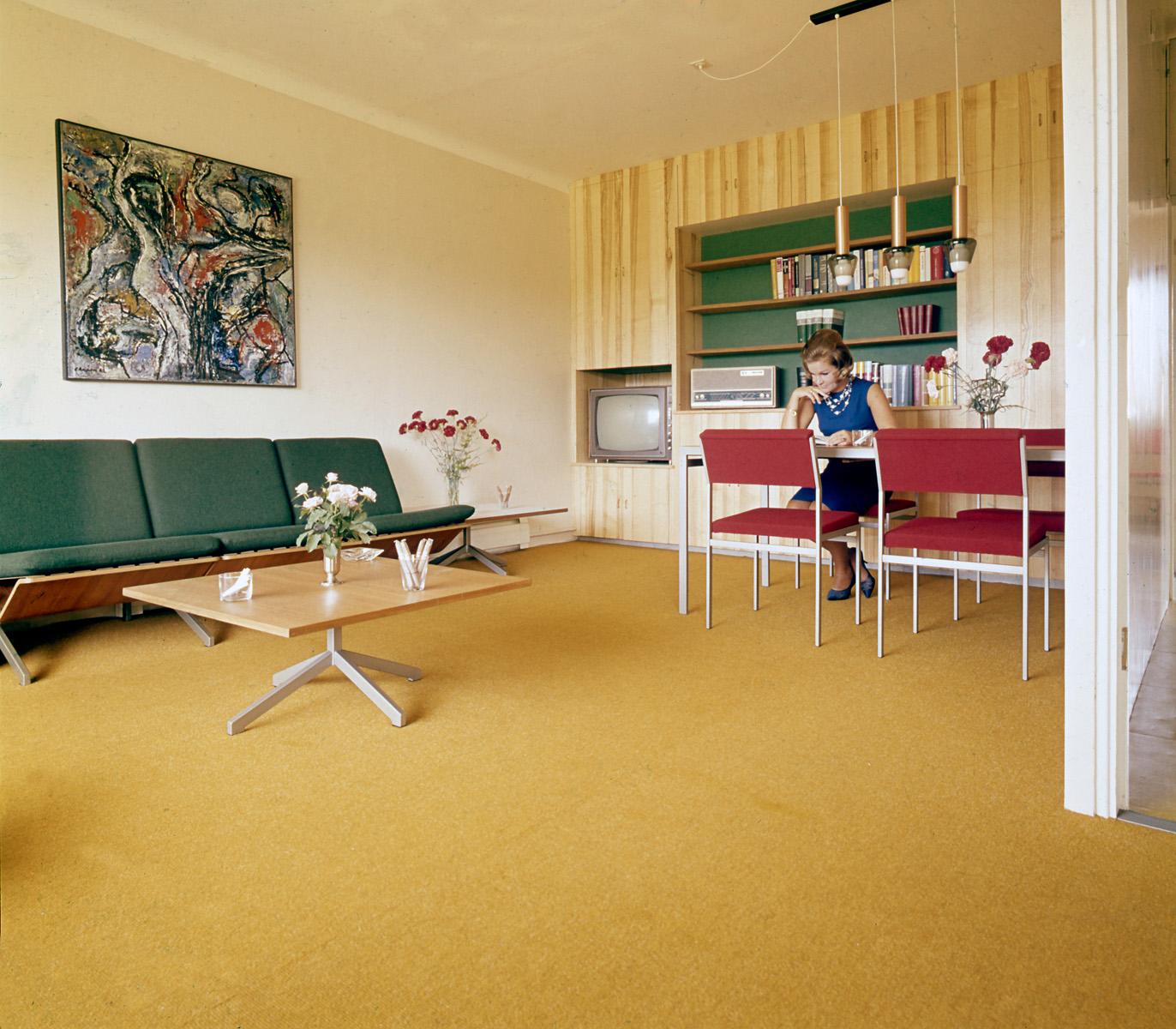 Fotomodel nelliette mooij poseert in de woonkamer for Interieur huiskamer