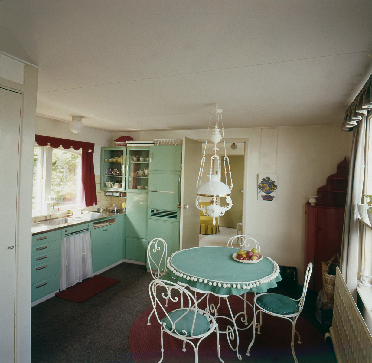 Woonarken woonschepen de keuken koelkast en eettafel in pastel groen de woonboot van fam - Koelkast groen ...