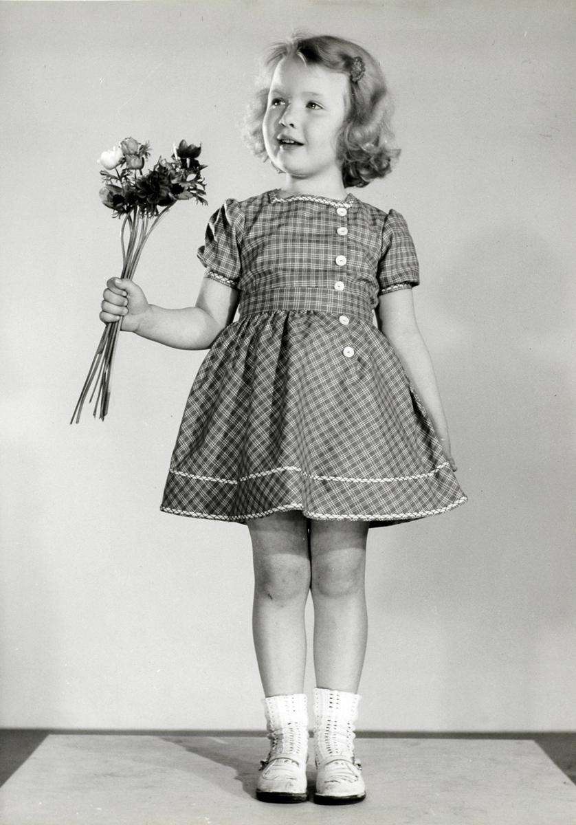 Kinderkleding Nederland.Kinderkleding Kindermode Studio Opname Van Meisje Met Bos Anemonen