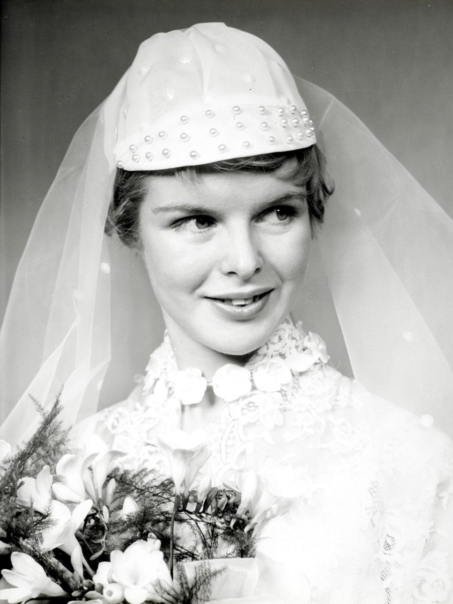 Damesmode bruidskleding bruid in kanten trouwjurk met bruidsboeket met o a fresia 39 s - Foto sluier shading ...