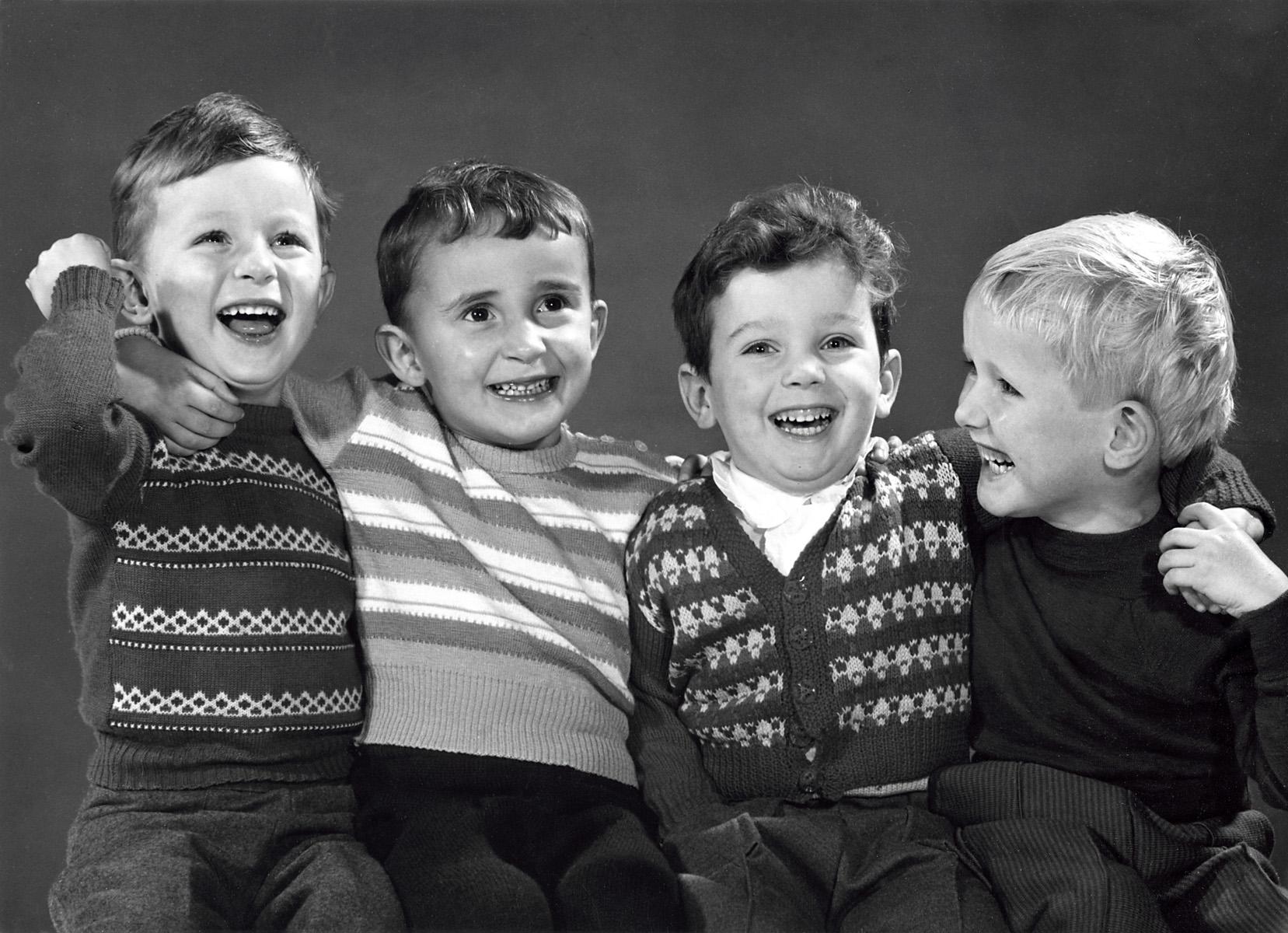 Schoolkinderen portretten vier lachende jongens met de armen om elkaars schouders nederland - Klein kamermeisje ...
