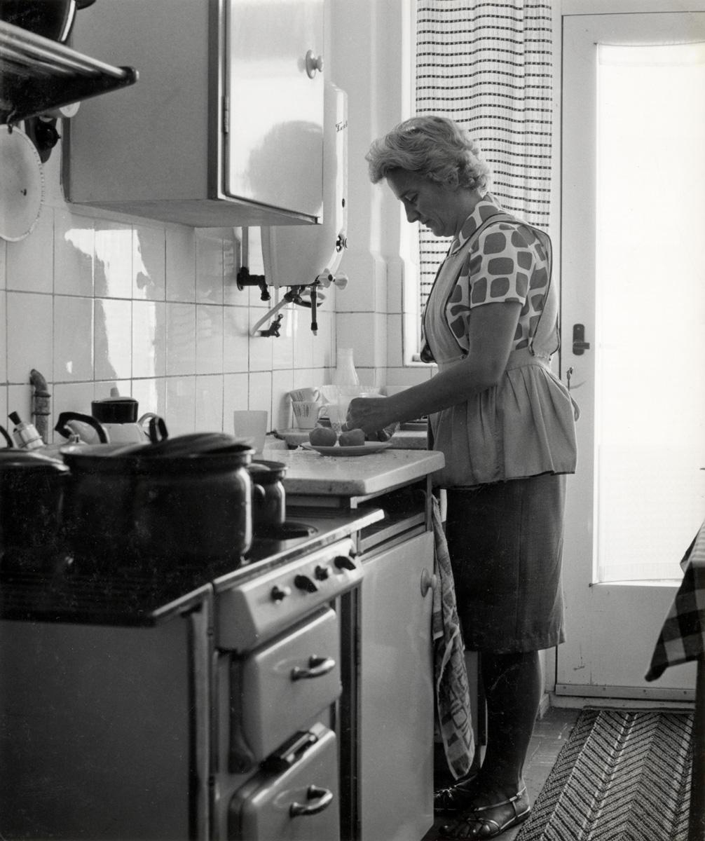 Vrouw truus stuifbergen in de keuken aan het werk boven de gootsteen haarlem nederland - Oude foto keuken ...