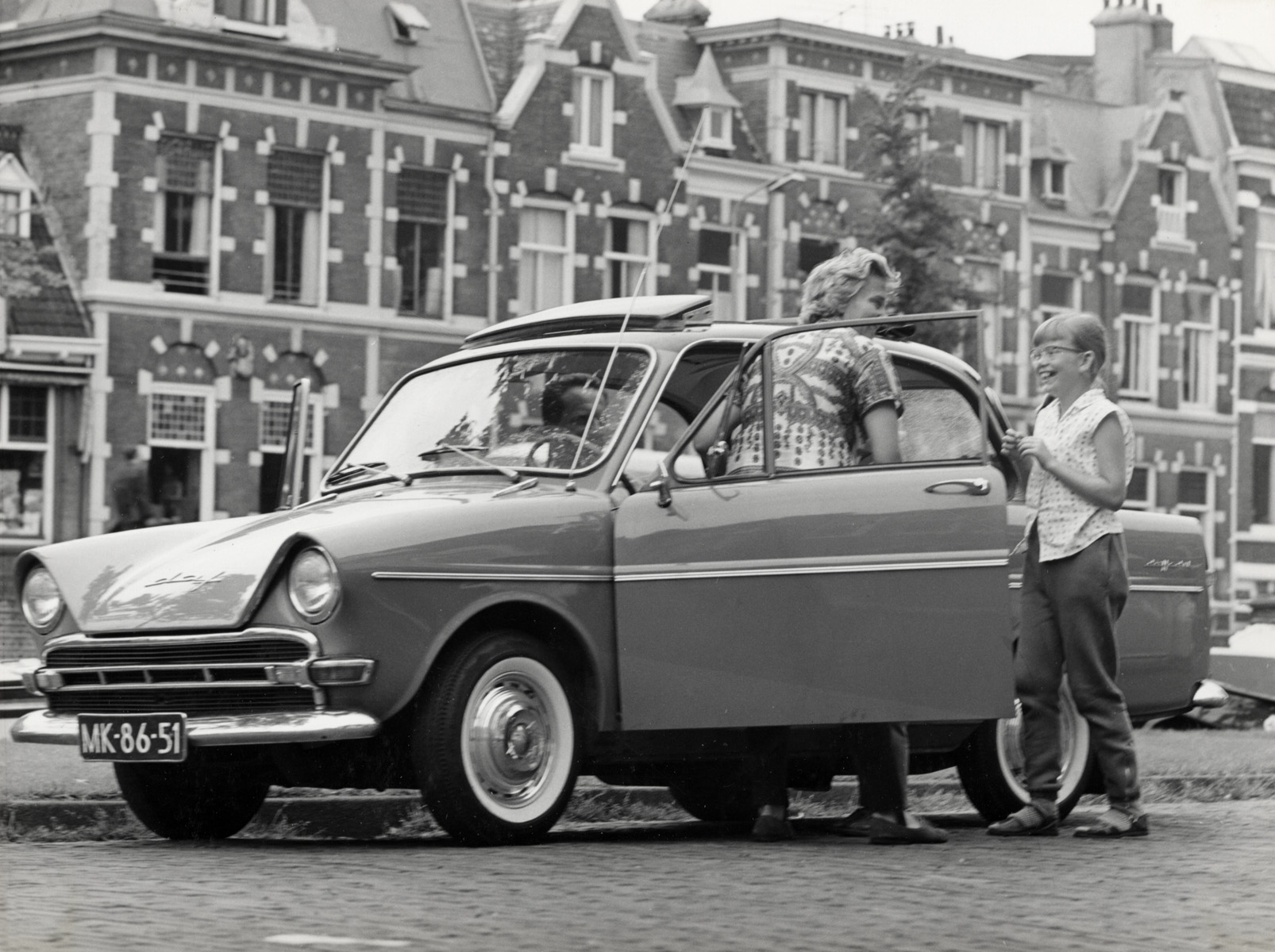 gezin van spaarnestad fotolaborant bert stuifbergen stapt in auto daf nederland jaren 39 60. Black Bedroom Furniture Sets. Home Design Ideas