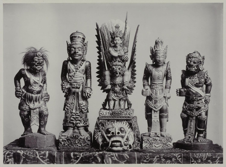 Een verzameling houten gepolychromeerde beelden